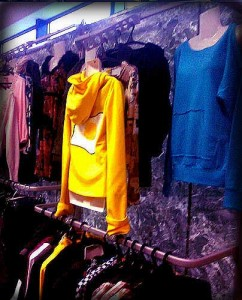 Продам оборудование для торговли ФОТО. Закрывающийся отдел одежды срочно продает модульную систему для торговли Джокер