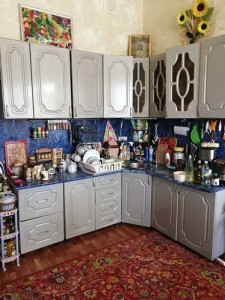 На фото кухня сбоку