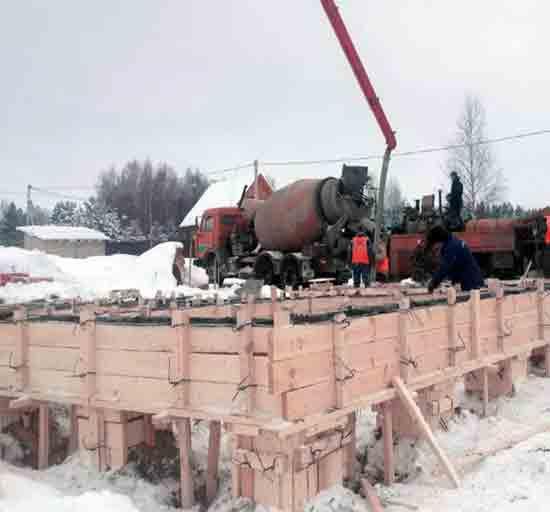 Заливка опалубки зимой бетонной смесью с морозостойкими добавками на фото